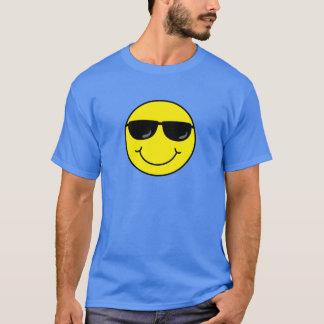 Visage souriant frais avec des lunettes de soleil t-shirt