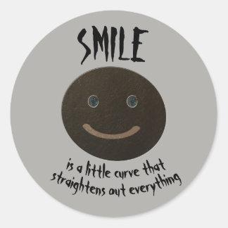 Visage souriant gris de Bokara Sticker Rond