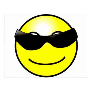 Visage souriant jaune de lunettes de soleil carte postale