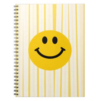 Visage souriant sur les rayures jaunes ensoleillée carnet