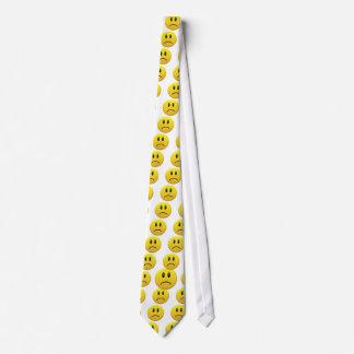 Visage souriant triste cravates