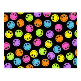 Visages souriants colorés sur le noir carte postale
