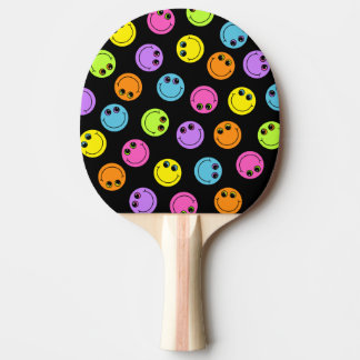Visages souriants colorés sur le noir raquette de ping pong