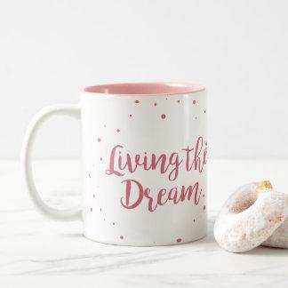 Vivant la tasse de café rose rêveuse de deux tons