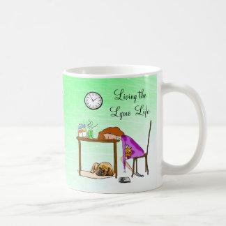 Vivant la tasse fatiguée par vie de Madame café de
