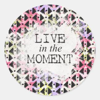 Vivez dans le géométrique coloré de moment formé sticker rond