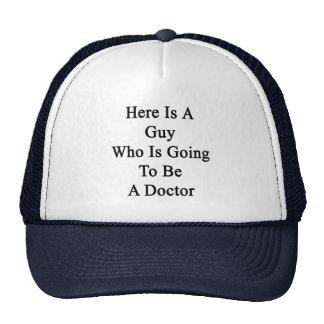 Voici un type qui va être un docteur casquettes