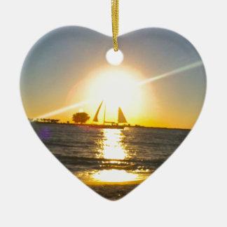 Voilier au coucher du soleil ornement cœur en céramique