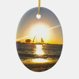 Voilier au coucher du soleil ornement ovale en céramique