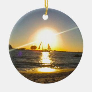 Voilier au coucher du soleil ornement rond en céramique
