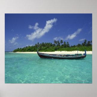Voilier dans l'eau tropicale par la plage affiche