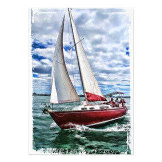 Voilier rouge, ciel bleu, bords de mer verte bristol