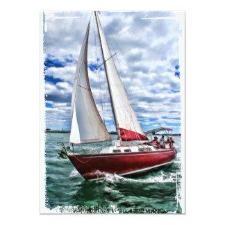 Voilier rouge, ciel bleu, bords de mer verte carton d'invitation  12,7 cm x 17,78 cm