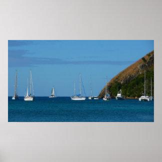 Voiliers dans le nautique blanc et bleu de baie posters