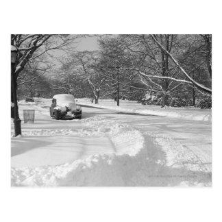 Voiture couverte par neige sur la rue B&W Carte Postale