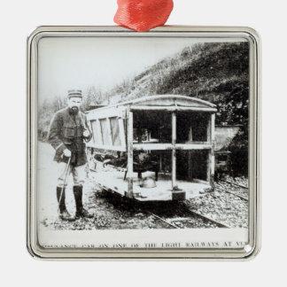 Voiture d'ambulance sur un des chemins de fer ornement carré argenté