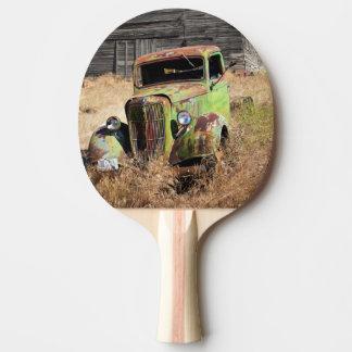Voiture de rouillement devant la ferme abandonnée raquette tennis de table