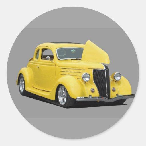 voiture jaune de hot rod adhésifs ronds