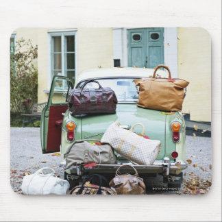 Voiture vintage avec un bon nombre de bagage tapis de souris