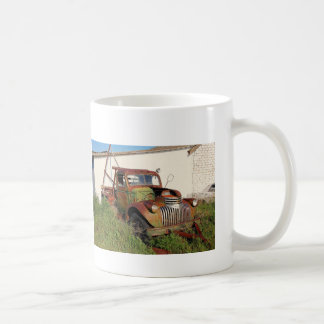 Voitures et tasse de café abandonnées de camions