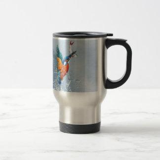 Vol de martin-pêcheur hors de l'eau mug de voyage