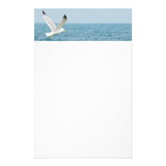 Vol de mouette au-dessus de mer papier à lettre personnalisable