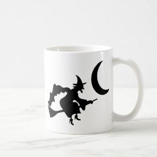 Vol de sorcière par le croissant de lune mug à café