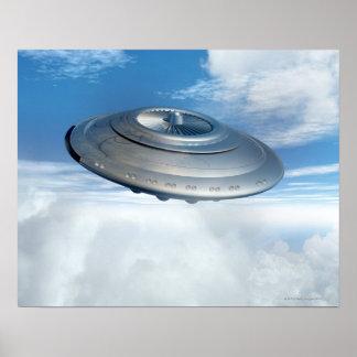 Vol d'UFO par les cieux nuageux Posters
