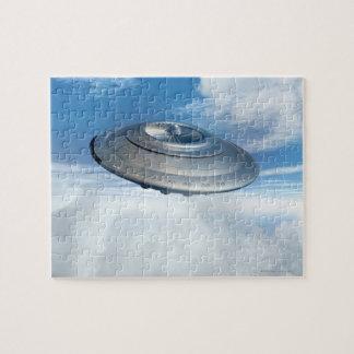 Vol d'UFO par les cieux nuageux Puzzle