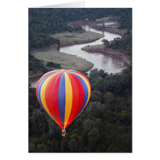 Vol en montgolfière au-dessus de la rivière de carte de vœux