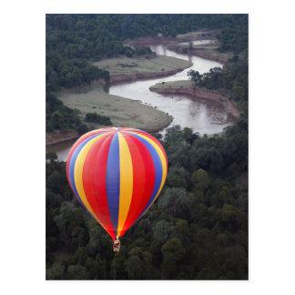 Vol en montgolfière au-dessus de la rivière de carte postale