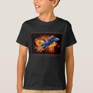 Vol militaire d'avion de chasse hors du feu t-shirt