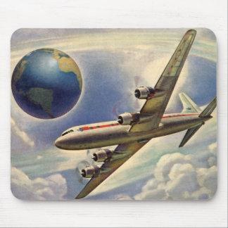 Vol vintage d'avion autour du monde en nuages tapis de souris