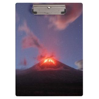 Volcan actif d'éruption de nuit