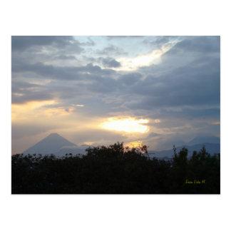 Volcans au coucher du soleil carte postale