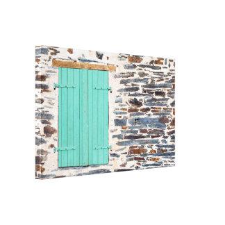 Volets de fenêtre sur une toile rustique de mur de