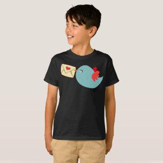 Vous avez le T-shirt bleu mignon d'enfants d'ailes