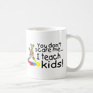 Vous ne m'effrayez pas que j'enseigne des enfants mug blanc