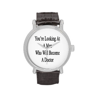 Vous regardez un homme qui deviendra un docteur montres