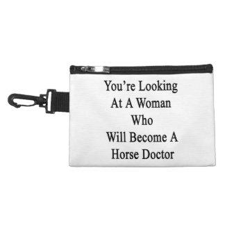 Vous regardez une femme qui deviendra un cheval trousses pour accessoires