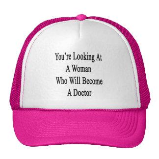 Vous regardez une femme qui deviendra un docteur casquettes