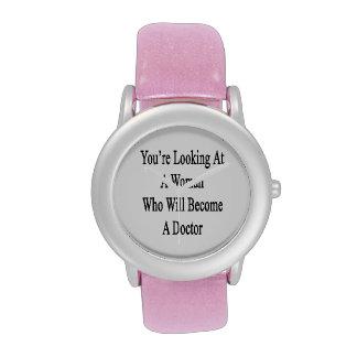 Vous regardez une femme qui deviendra un docteur montres