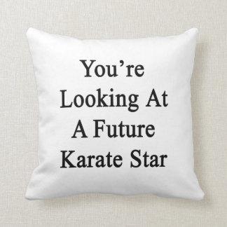 Vous regardez une future étoile de karaté coussin