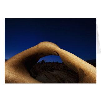 Voûte de Mobius illuminée dans les collines de Carte De Vœux