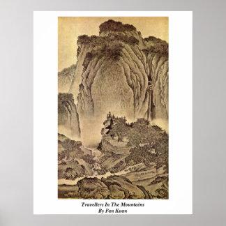 Voyageurs dans les montagnes par la fan Kuan Posters