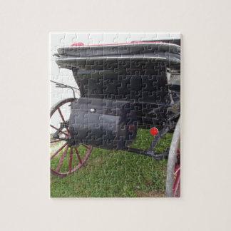 Vue arrière de chariot démodé de cheval sur le puzzle