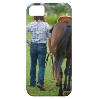 Vue arrière de femme menant son cheval coques iPhone 5 Case-Mate