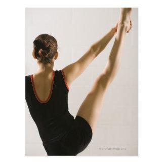 Vue arrière de gymnaste flexible carte postale