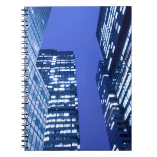 Vue ascendante Defocused des fenêtres d'immeuble d Carnets À Spirale