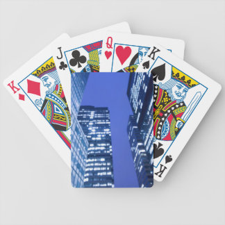 Vue ascendante Defocused des fenêtres d'immeuble d Jeux De Cartes